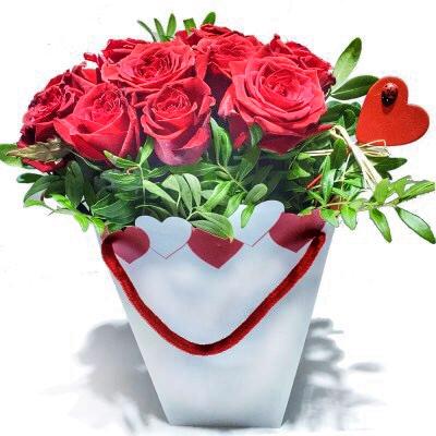 Rote Rosen mit Herztasche